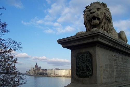 Le pont Széchenyi et le Parlement.jpg